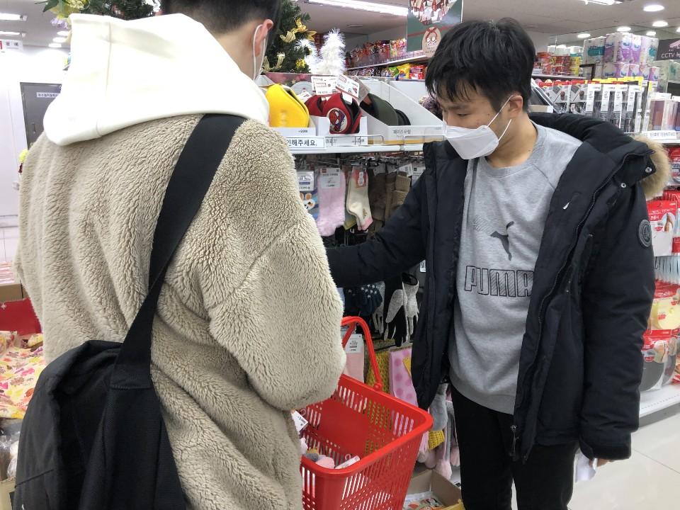 지역상점에서 함께 물건을 구매하고 있는 장애-비장애청소년의 모습